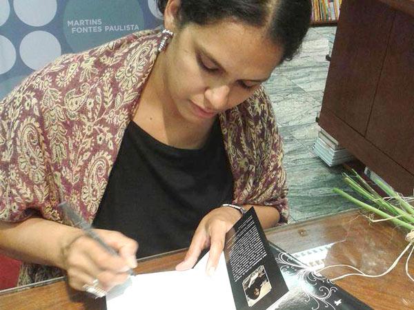 Eva Andrade é formada em Letras, especialista em literatura