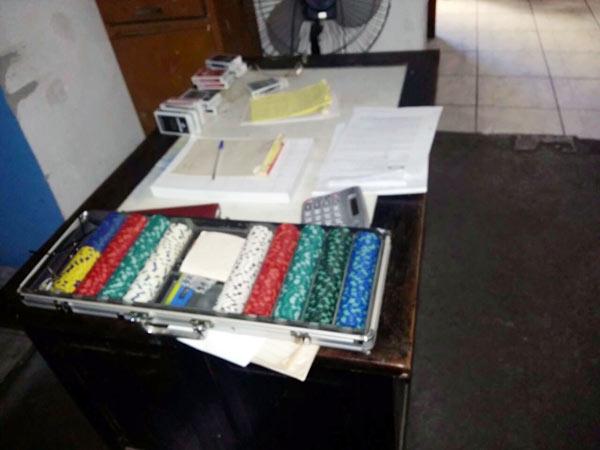 Na casa de jogos foi apreendido um grande número de baralhos, fichas de apostas e diversas anotações de recebimentos de dinheiro