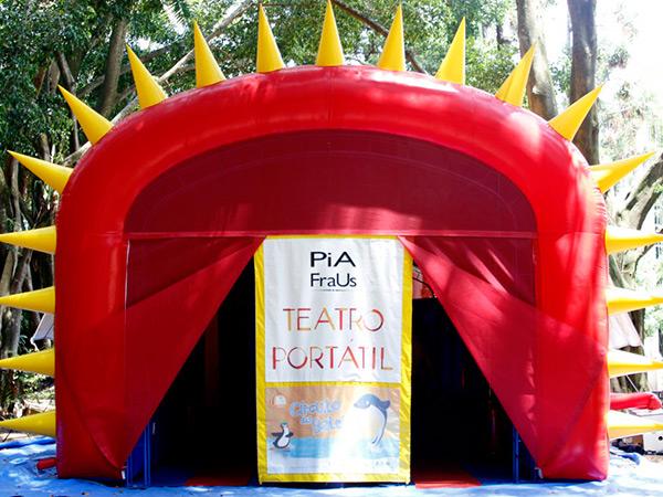 O Teatro Portátil traz a proposta de apresentar de forma lúdica um mundo paralelo e mágico