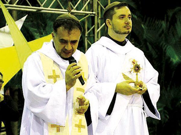 Frei Laércio e Frei Diego durante celebração de missa