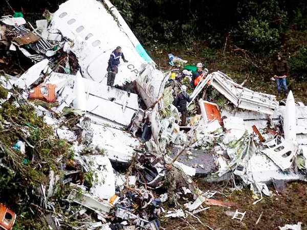 Cerca de 30 socorristas e policiais vasculhavam o avião, que levava 77 pessoas