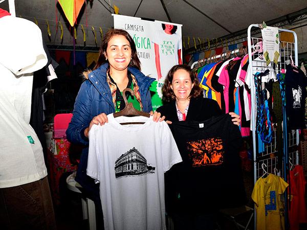 Cleide e Marcela exibem as camisetas com estampas que destacam motivos locais, como o palacete que sedia o Museu Dom Pedro I e Dona Leopoldina