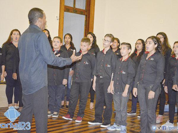Coral IA3, sob a regência do professor Luis Cláudio Oliveira, se apresentará na sessão festiva da APL