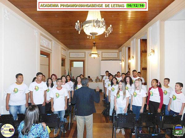 Coral Jovem IA3 sob a regência do professor Luís Claudio: A boa música ecoou no salão do palacete