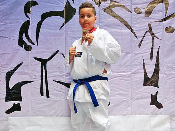 Nathan Gabriel exibe medalha de ouro