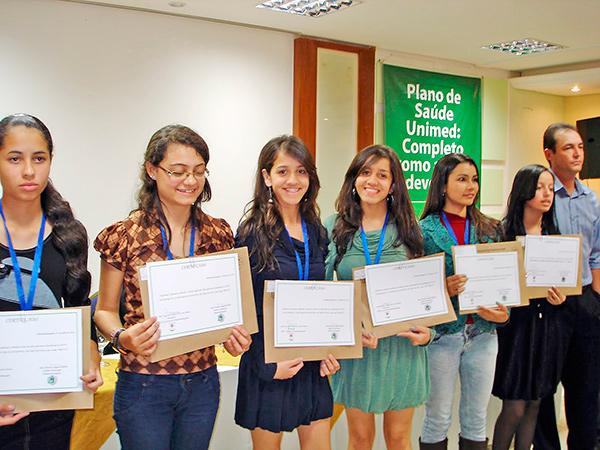 Alunos premiados recebem certificados e medalhas em solenidade festiva