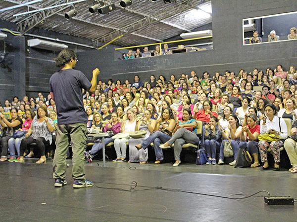 Teatro Galpão ficou lotado de professores; no destaque Reinaldo, Júlio e Luciana
