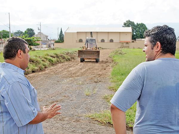 Subprefeito Nilson Luís de Moreira César visita local da obra