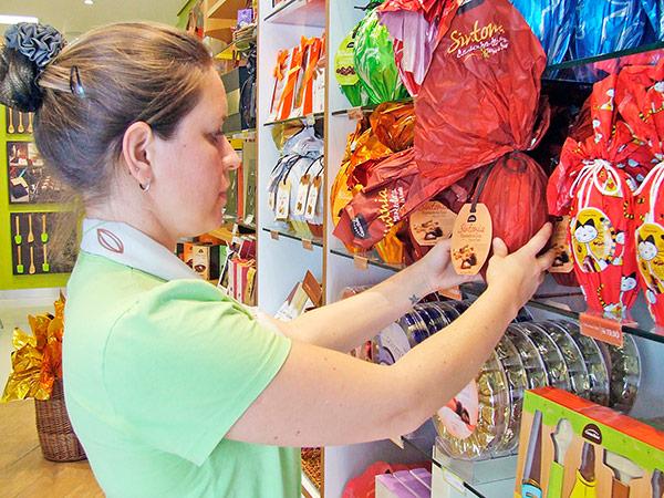 Interessados devem levar currículo na loja