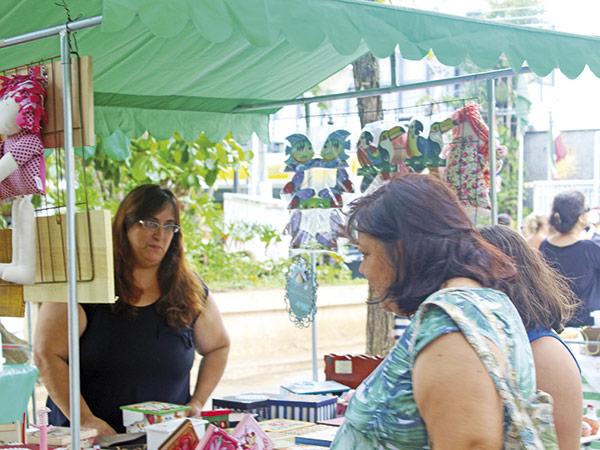 Grupo de artesãos apresenta seus trabalhos aos sábados em barracas montadas na Praça da Cascata, no centro da cidade