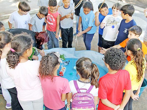 Crianças da Rede Municipal de Ensino participaram das atividades na principal praça da cidade