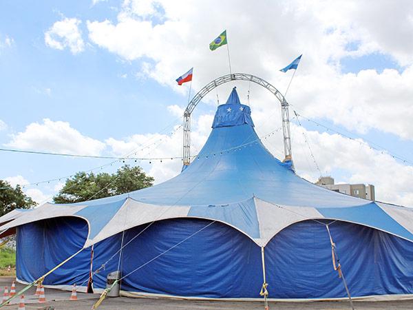 """O The Black Circus está em Pindamonhangaba e segue até o próximo domingo (2), com  apresentações de seus espetáculos, que vêm encantando crianças, jovens e adultos de todas as idades. A companhia traz diversos números e modalidades, incluindo shows infantis da """"Frozen"""", """"Minions"""" e a """"Bela e a Fera"""". A entrada é gratuita e os horários são: na quinta e sexta, às 20h30 e no fim de semana, às 16h, às 18 e às 20h30.  A atração é realizada em parceria com o Fundo Social de Solidariedade – que receberá toda a arrecadação de alimentos (já doada por um patrocinador) – para repassar às instituições assistenciais do município.  O circo está armado na rua Frederico Machado, 65, São Benedito, no Sindicato Rural de Pindamonhangaba. Circo é arte, é alegria, é cultura. Prestigie!"""