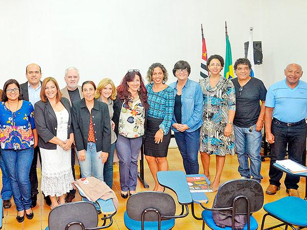 A sessão contou com a presença de jornalistas e foram homenageadas Jucélia Batista e Gislene Cardoso (no destaque, ao lado do presidente da Ajop, Luis Cláudio Antunes)