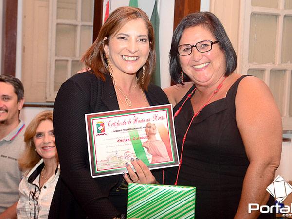 Também foi homenageada a representante das mulheres no Legislativo deste município, Gislene Cardoso. Na foto, ao lado da presidente da APL, escritora Bete Guimarães
