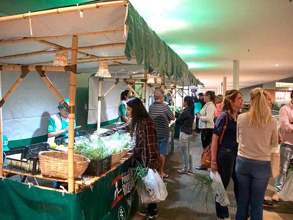 A feira acontece na área externa do Shopping, das 18 às 21 horas