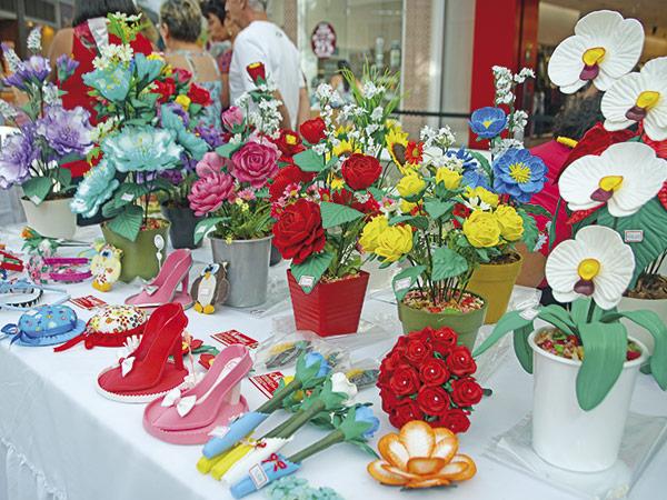 Artesanato de diversos materiais estavam expostos na feira