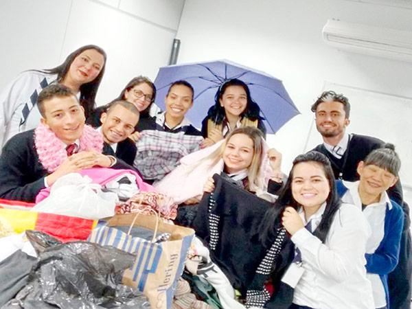 A Campanha do Agasalho 2017 começou no Poupatempo. Todos os  postos do Estado já arrecadam roupas, calçados e cobertores, para ajudar a aquecer o inverno de quem mais necessita.  As doações podem ser feitas até 18 de agosto nas unidades do Poupatempo, durante todo o horário de funcionamento.  A iniciativa do Fundo Social de Solidariedade do Estado de São Paulo (Fussesp) recebeu, só no ano passado, mais de 281 mil peças doadas pela Prodesp – empresa que gerencia programas como o Poupatempo e o Acessa SP.  O Poupatempo é um programa do Governo do Estado executado pela Diretoria de Serviços ao Cidadão da Prodesp – Tecnologia da Informação. Desde a inauguração do primeiro posto, em 1997, o programa já prestou mais de 537 milhões de atendimentos. Atualmente conta com 72 unidades fixas, em todas as regiões administrativas do Estado, além de uma unidade móvel. Juntas, prestam mais de 180 mil atendimentos por dia.