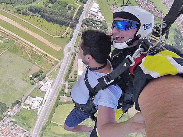 Saltos com instrutores credenciados pela Confederação Brasileira de Paraquedismo  serão realizados do nascer ao por do sol