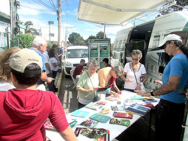 A equipe da Prefeitura informou aos visitantes sobre eventos  culturais e atrativos turísticos
