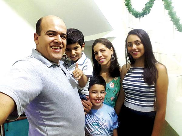 Toda felicidade!  Para Luis Cláudio Antunes, diretor do Portal R3 e presidente da Ajop – Associação dos Jornalistas de Pindamonhangaba. Recebe os cumprimentos dos colegas de profissão e o carinho de todos amigos e familiares. Na foto ele está ao lado da esposa e dos filhos.