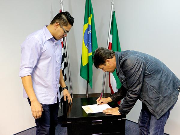 O prefeito recebeu no Gabinete o presidente da Câmara para devolução oficial do saldo de duodécimo aos cofres da Prefeitura