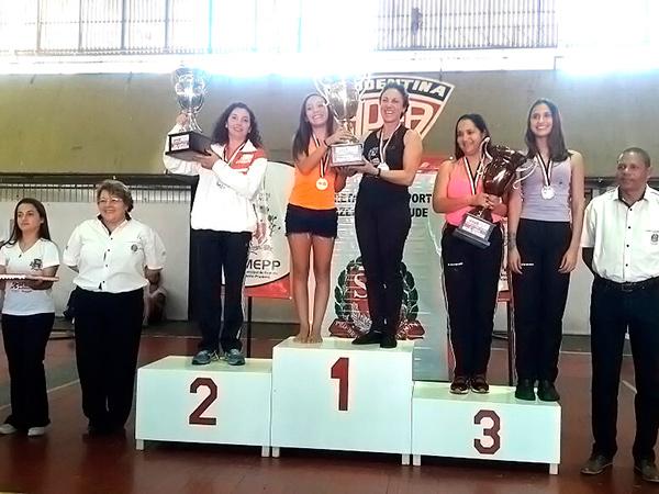 A técnica de Pinda, Simone Rosa, recebe o troféu do vice-campeonato