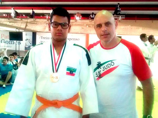 Judoca medalha de bronze, Matheus, e o técnico de Pinda, prof. Celso