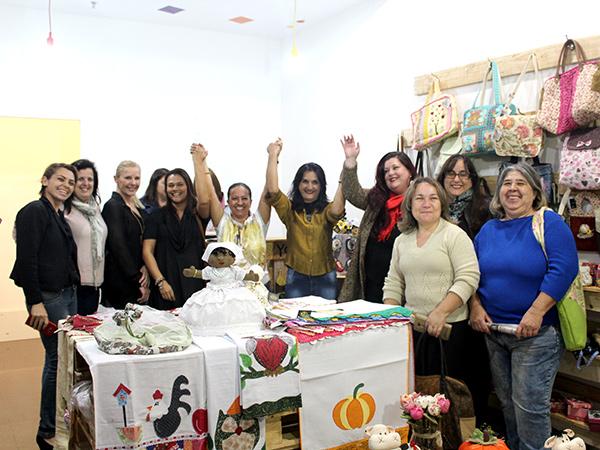 Em gesto simbólico, artesãs comemoram inauguração da loja