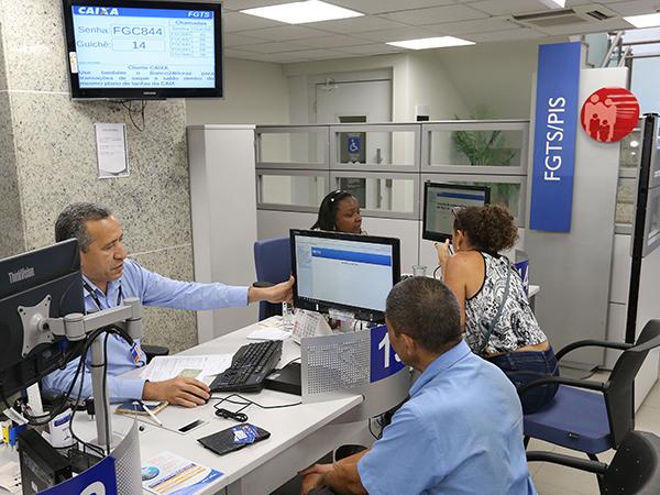 O pagamento é feito pela Caixa Econômica Federal, de acordo com o mês de nascimento do trabalhador