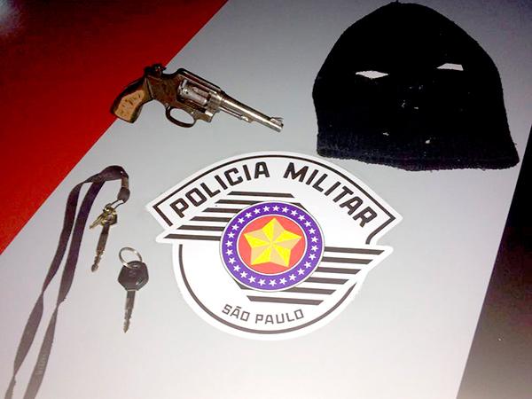 Objetos encontrados na residência do suspeito, no bairro Parque das Palmeiras