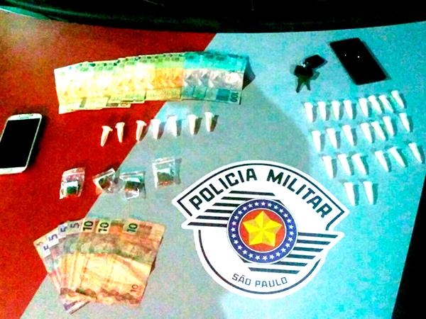 Com os suspeitos foram encontrados pinos de cocaína, porções de maconha e dinheiro