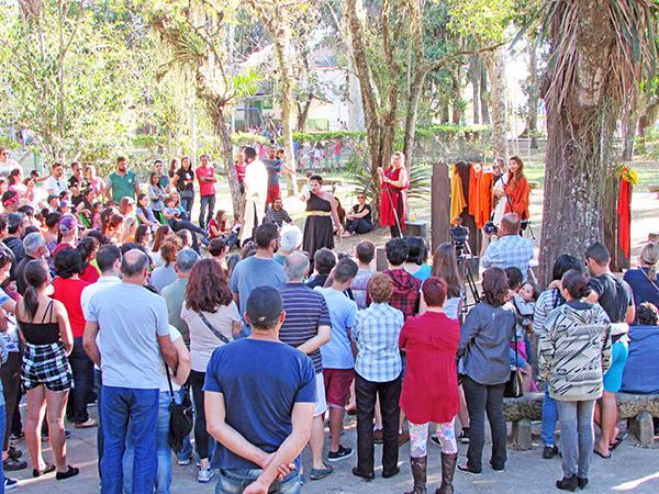 Grande público prestigiou a estreia da peça ao ar livre Lisístrata-s, com nova versão