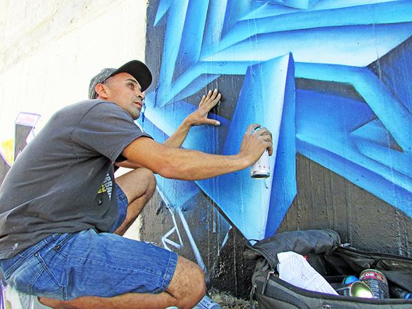 """Conhecido como """"Nível 4"""", o artista faz graffites há 12 anos"""
