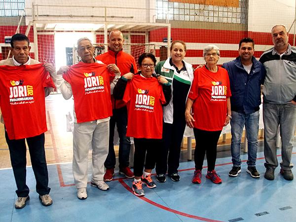Secretário e diretores da Semelp realizaram entrega simbólica de camisetas para os atletas Ilse, Nair, Aurelio e Osmar (Mazinho), todos do vôlei adaptado, acima de 70 anos