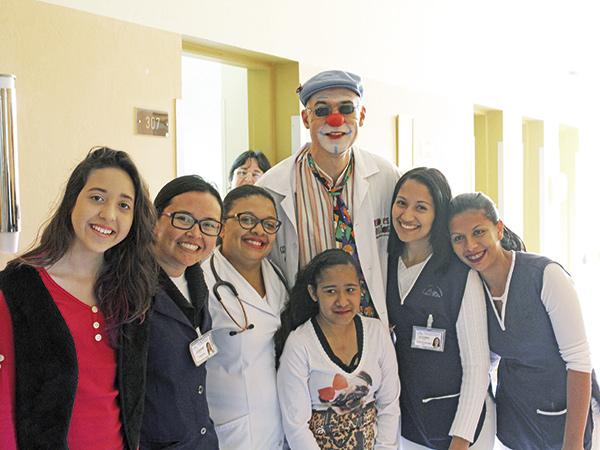 """Os pacientes puderam se desligar da rotina do hospital com a visita do """"Doutor Espaguetti"""""""