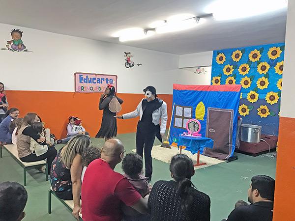 Familiares assistem apresentação teatral