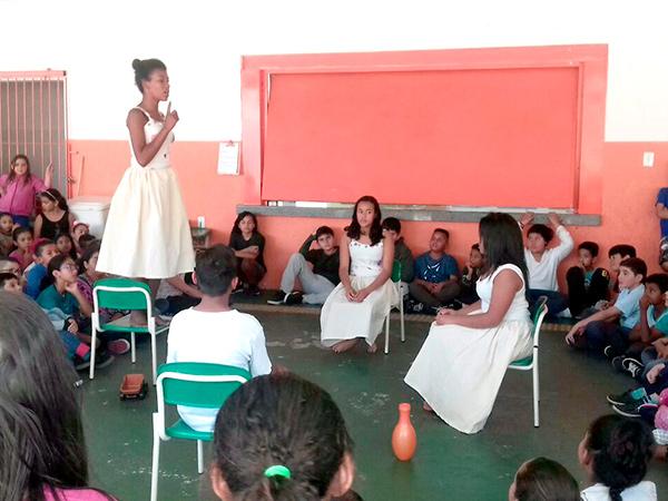 """Os alunos da Escola Municipal Arthur de Andrade receberam os jovens do projeto """"Atores Sociais"""""""