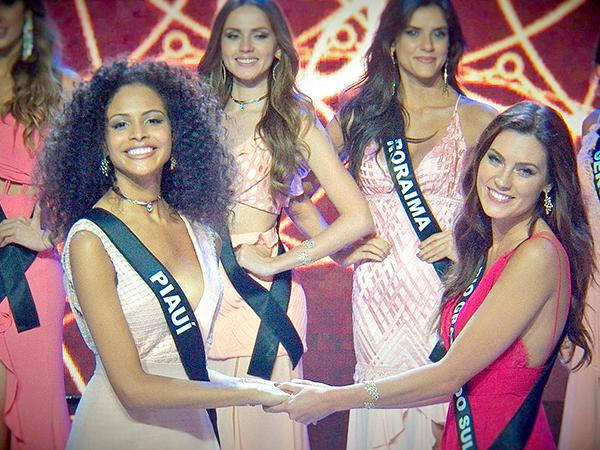 A piauiense Monalysa Alcântara e a gaúcha Juliana Mueller aguardando o resultado final que elegeu Monalysa como a mais bela mulher do Brasil