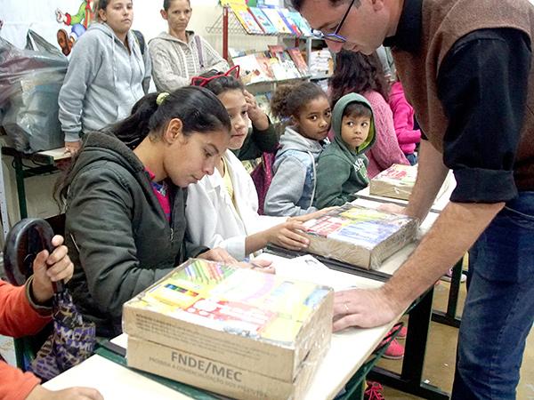 Os pais compareceram a uma reunião para receberem os kits de materiais escolares