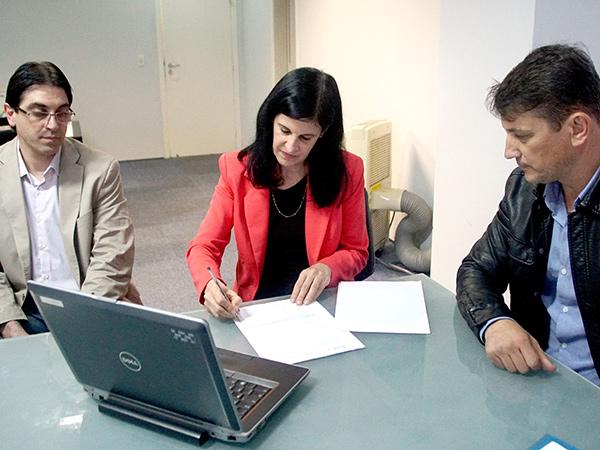 Prefeito e representantes da Novelis durante entrega dos notebooks