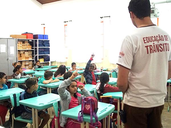 Os alunos do 4° ano D da Escola Municipal João Cesário participam da sua primeira aula sobre pedestres