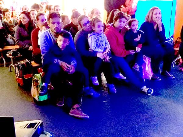 Os pais e as crianças assistiram a um vídeo sobre a preservação da água