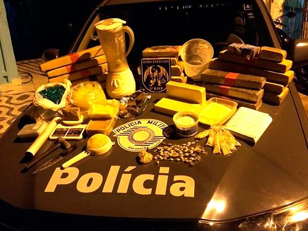 Objetos encontrados pela PM na refinaria de drogas localizada no bairro Santana