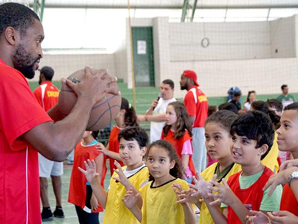 Os atletas ensinaram diversas técnicas de basquetebol para as crianças