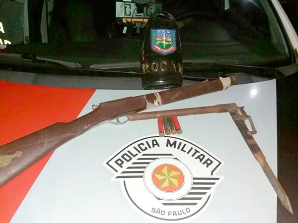 PM encontra espingarda (sem funcionamento), canhão (arma de fabricação caseira) e quatro munições calibre 32 na casa de suspeito de esfaqueamento