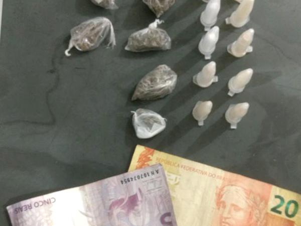 Os suspeitos tentaram se livrar de dez tubinhos de cocaína, seis porções de maconha, além de dinheiro