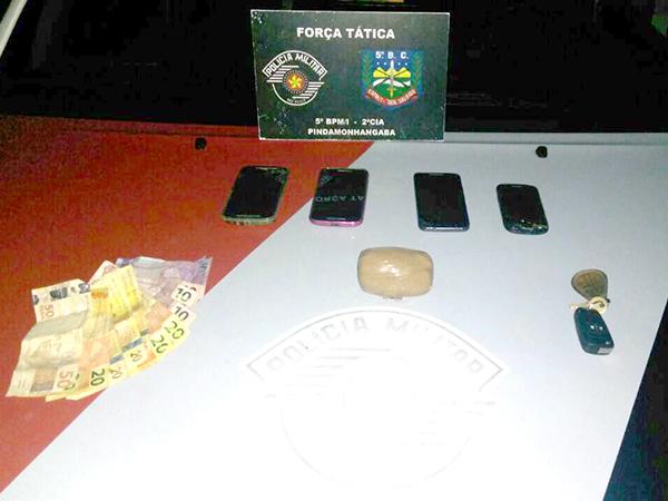 Objetos encontrados pela PM com os ocupantes de um carro da Baixada Santista