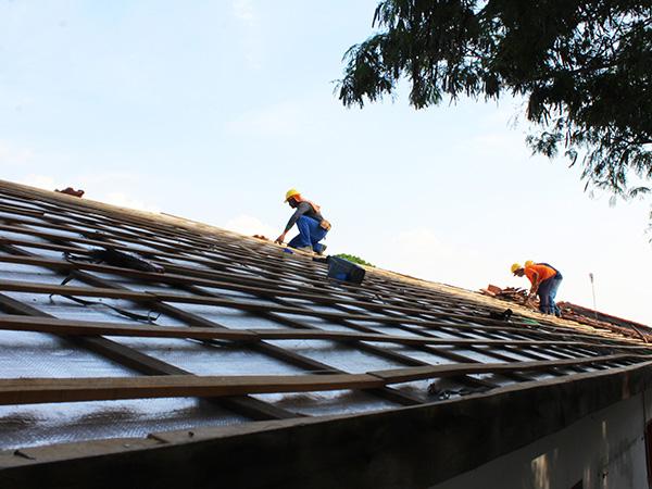Parte do telhado da Escola Municipal Rachel de Aguiar Loberto, que já recebeu manutenção