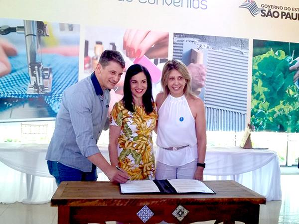 O prefeito Isael Domingues e a presidente do FSS, Cláudia Domingues, assinaram o convênio ao lado da primeira-dama do Estado Lu Alckmin