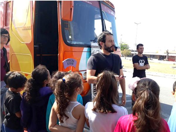 """As crianças puderam se divertir assistindo à peça """"Mamulengo"""" dentro do ônibus do Projeto BuZum!"""